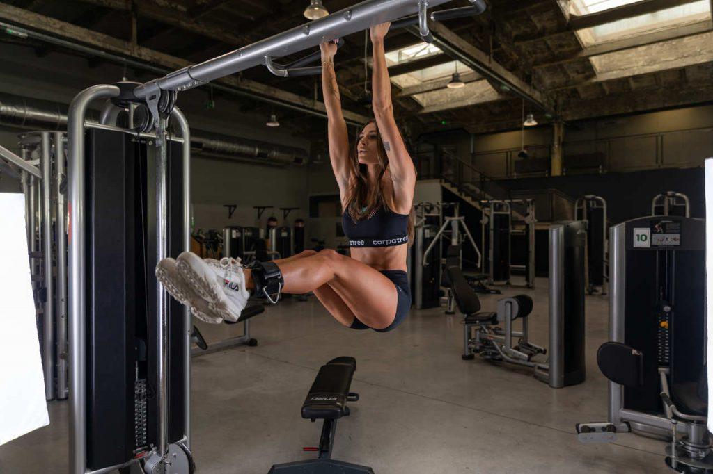 Podciąganie i brzuszki w treningu siłowym